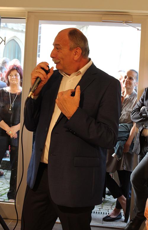 """Der sichtlich bewegte Bürgermeister Manfred Kalchmair lobt das Engagement """"von unserem Vicerl, dem bunten Hund von Sierning"""" im Zeichen der Kunst und Kultur."""
